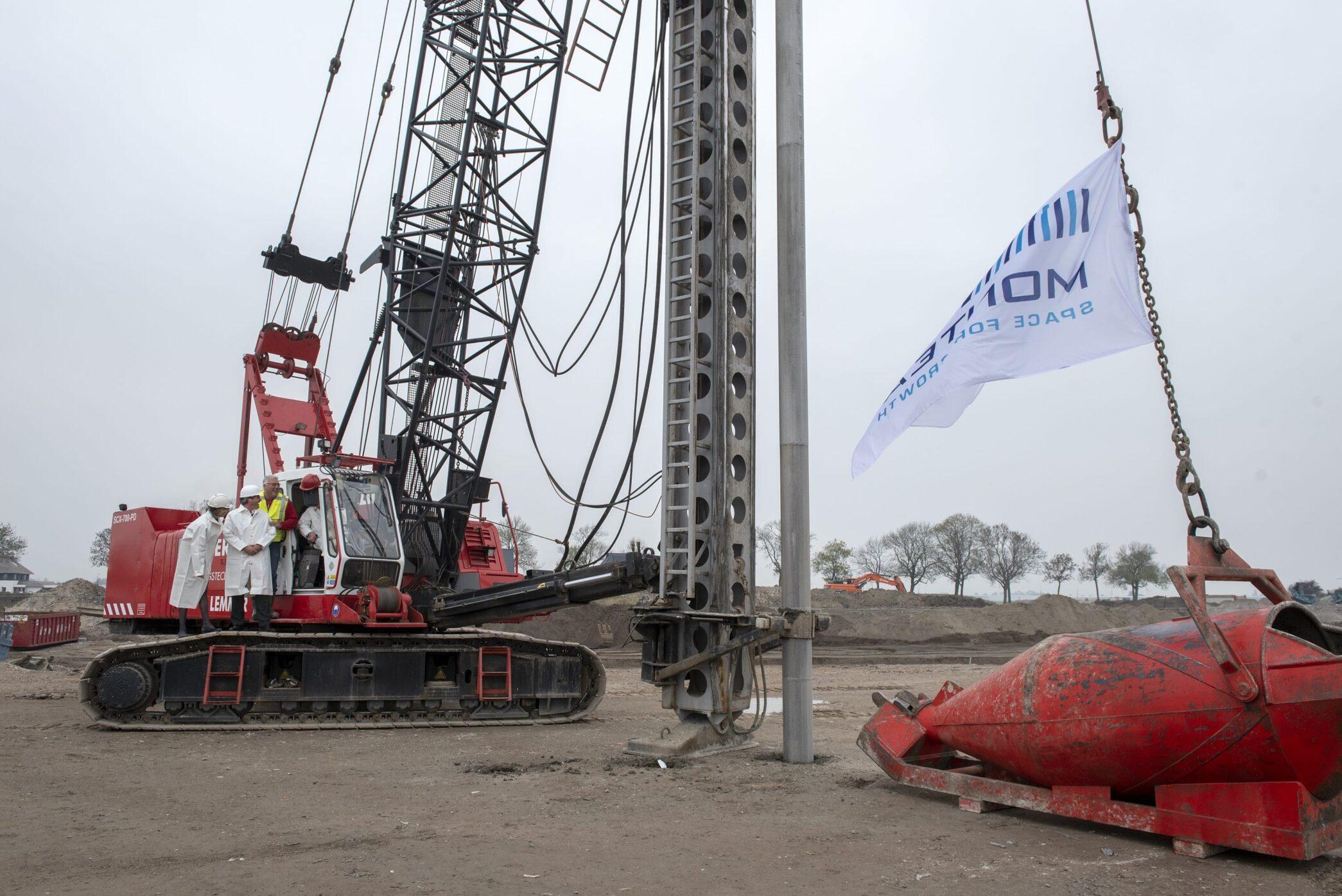 Eerste paal nieuwbouw distributiecentrum Waddinxveen