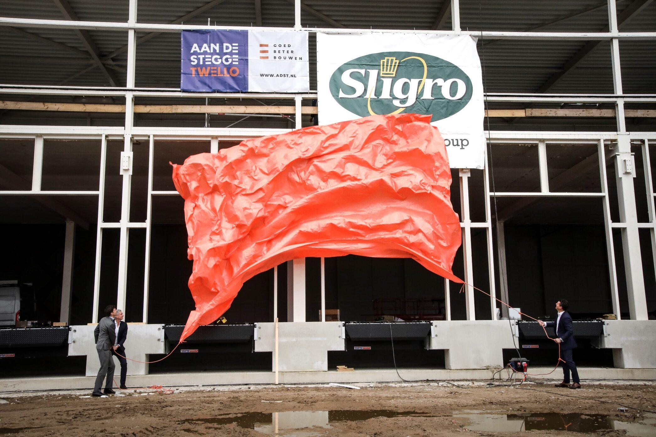Hoogste punt bouw distributiecentrum Sligro Deventer